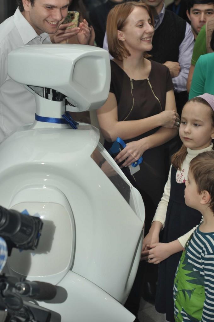 Трудно себе представить, что такой робот не понравится детям. Они первыми устанавливают контакт с Алантимом. Ведь, если хорошо попросить, он может и мультики показать на своем большом экране...