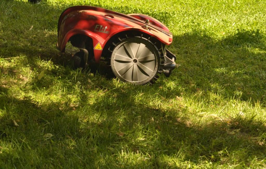 """Старшая модель Caiman уверенно заезжала на подъем, но пару раз пыталась сделать """"вилли"""", т.е. поднять передние колеса к верху. Срабатывал датчик подъема и она приостанавливала работу. Из-за специфической развесовки движение на подъемах для данного аппарата будет неуверенным."""