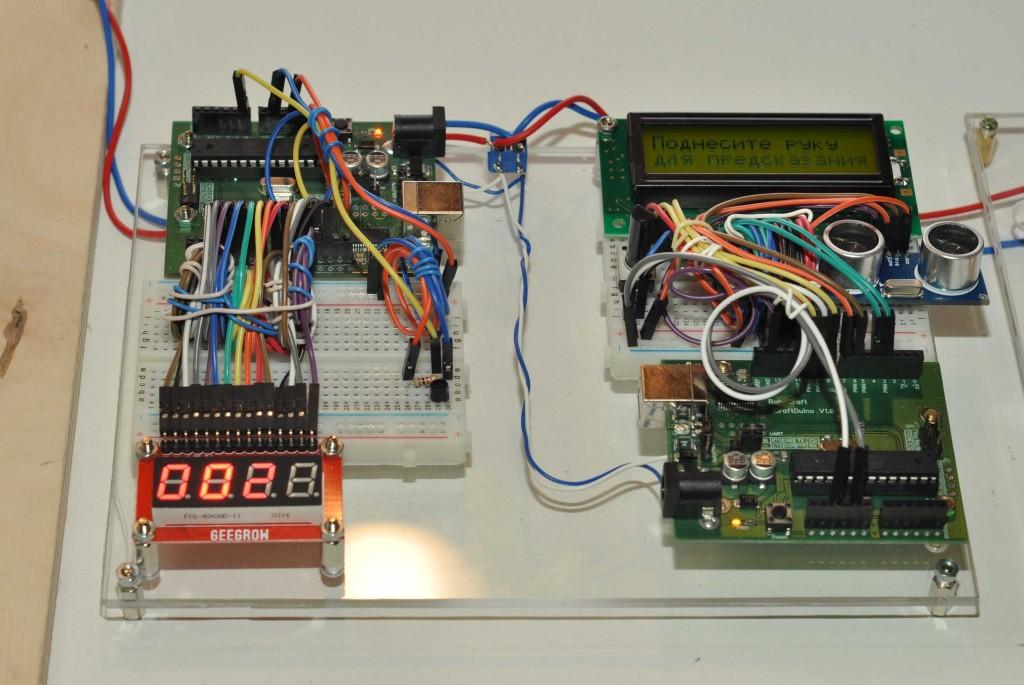 """Здесь же """"живьем"""" демонстрировались схемы интересных устройств, которые можно собрать из конструкторов. На фото термометр и игра """"Экран судьбы"""" для гадания на руке."""