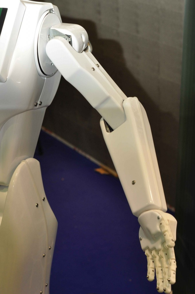 Правда, хоть руки выполнены и весьма качественно, робот пока умеет ими исключительно размахивать и жестикулировать. А так хочется, чтобы он с помощью них хотя бы раздавал листовки. Возможно к следующей выставке он научится делать и такое.