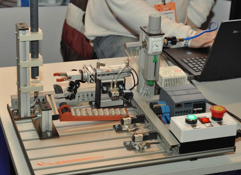Можно было увидеть и одного из новичков 2015 года в сфере образовательных конструкторов. Эвольвектор - это целая серия наборов, которая позволяет не только изучить робототехнику, но и электронику, которая этими самыми роботами управляет.