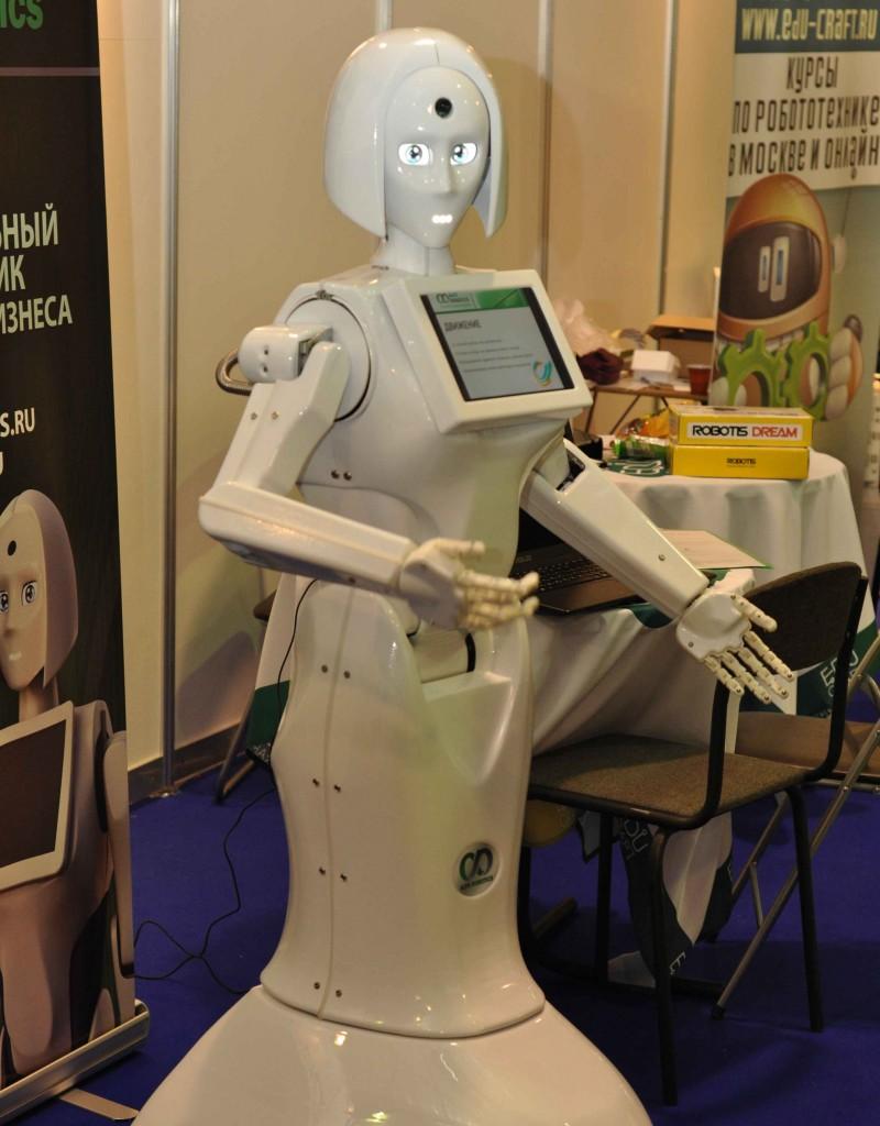 А вот и робот Kikky. Демонстрирует такую долгожданную функцию промо роботов - наличие подвижных рук.