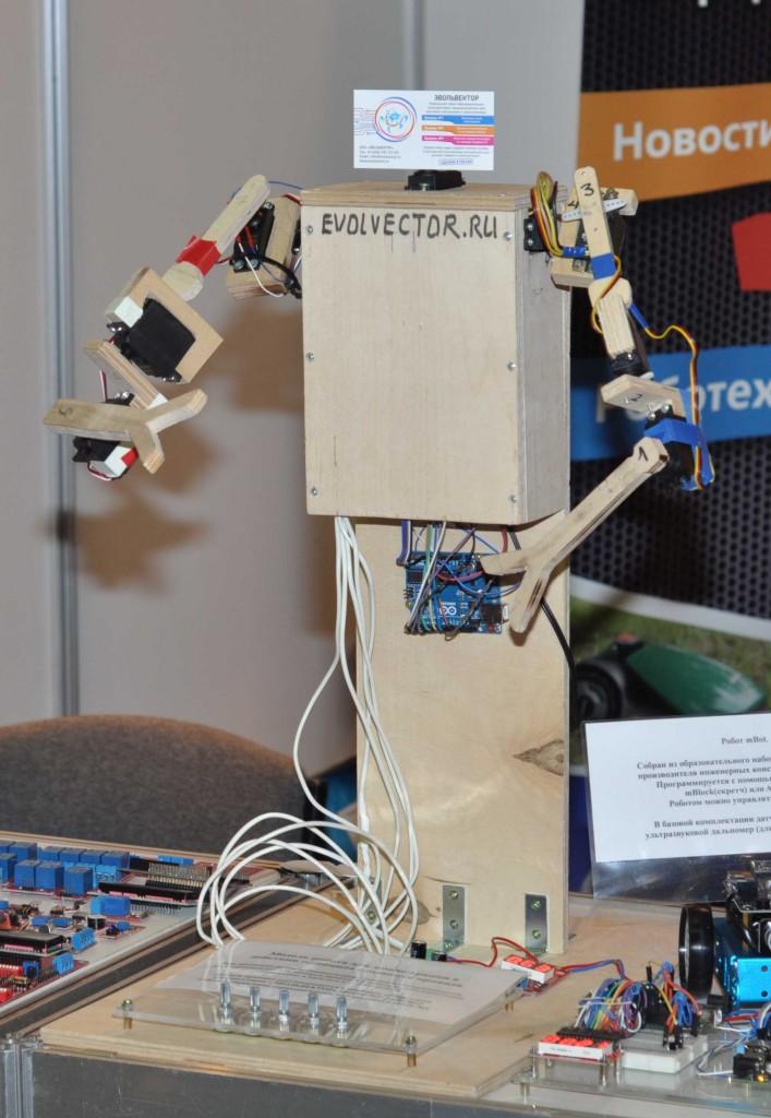 Также как и у Ботеона на стенде Эвольвектора был свой промо-робот, который завлекал на стенд посетителей. Только он не говорил, а просто предлагал подвигать своими руками с помощью батареи управляющих потенциометров.