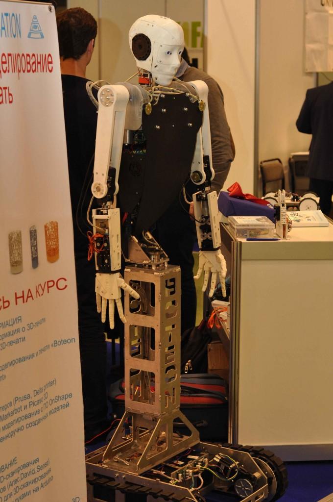 Учебный центр по робототехнике Ботеон представил самодельного робота по мотивам знаменитого InMoove, который завлекал прохожих на курсы по роботехнике.