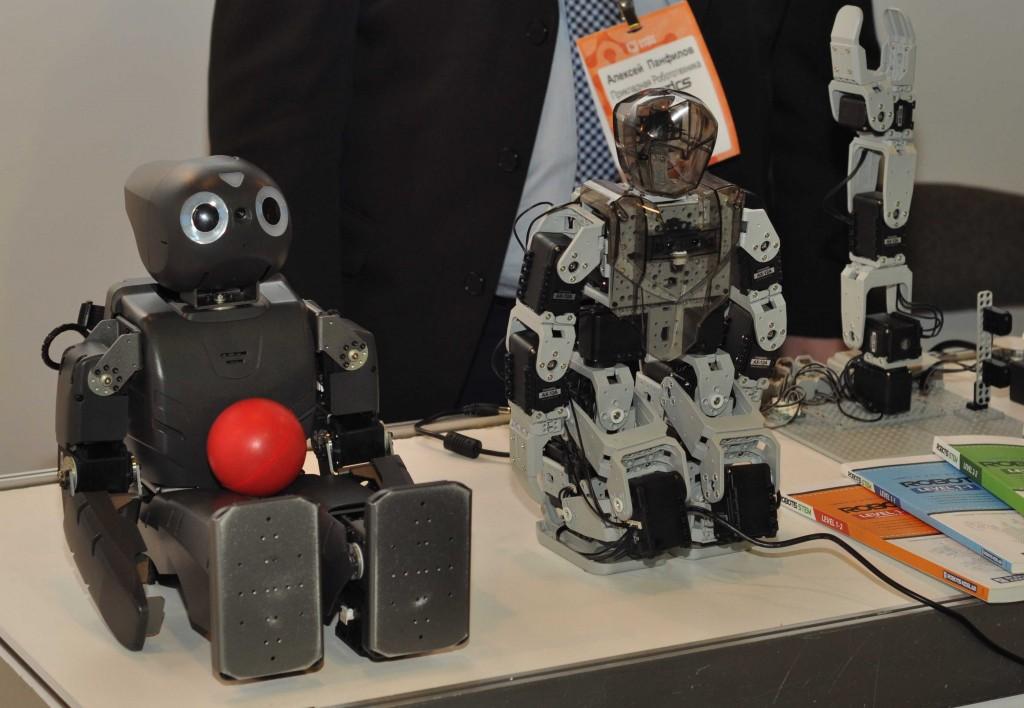 Конструкторы Robotis со своей стороны претендуют на установление самых высоких стандартов в образовательной робототехнике. Однако не менее высокая их стоимость не позволяет пока сделать эти решения по настоящему массовыми.