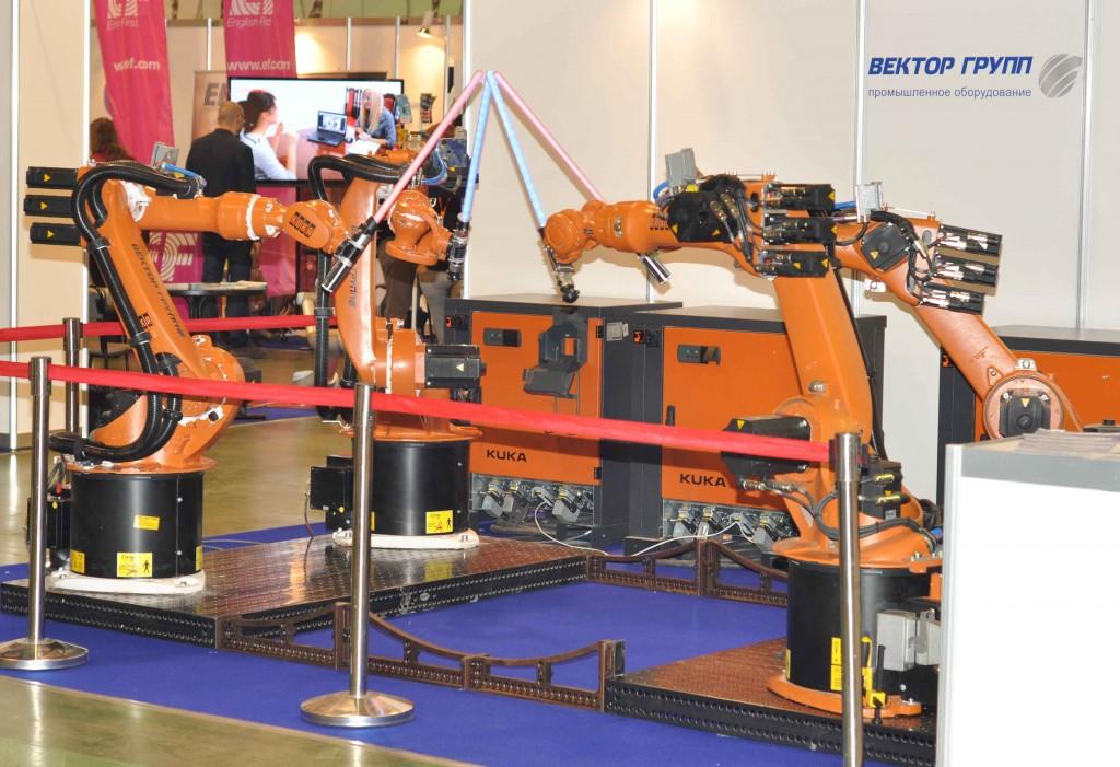 А если проявить немного творчества, то можно научить промышленных роботов вытворять и такое. 4 робота Kuka устраивали показательные поединки на световых мечах, показывали точность позиционирования и синхронность работы.