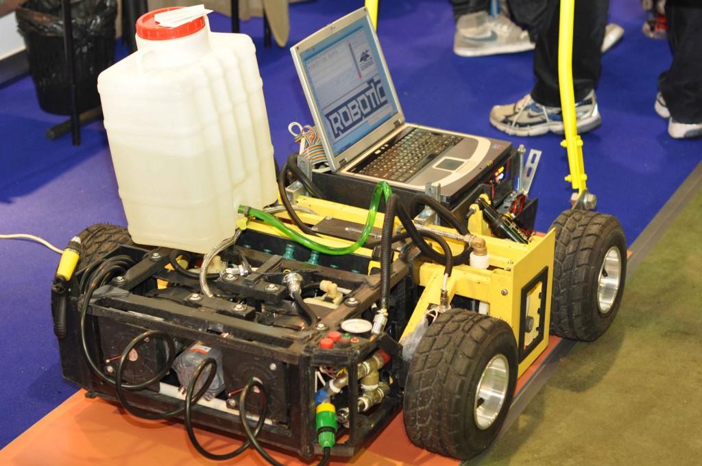 Приведенный на этом фото робот умеет печатать на асфальте (кстати разработан и произведен в России).