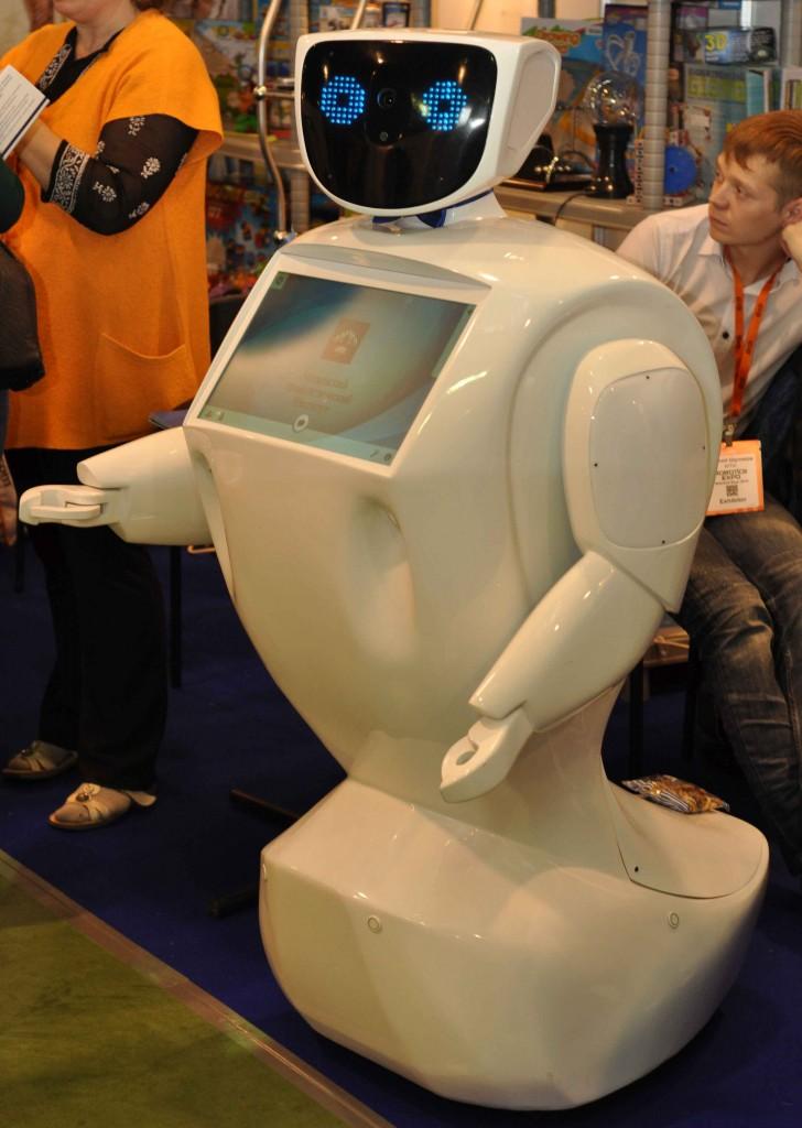В этот раз роботы-промоутеры были в буквальном смысле во множественном числе. Это наш старый знакомый - робот по имени Алантим.