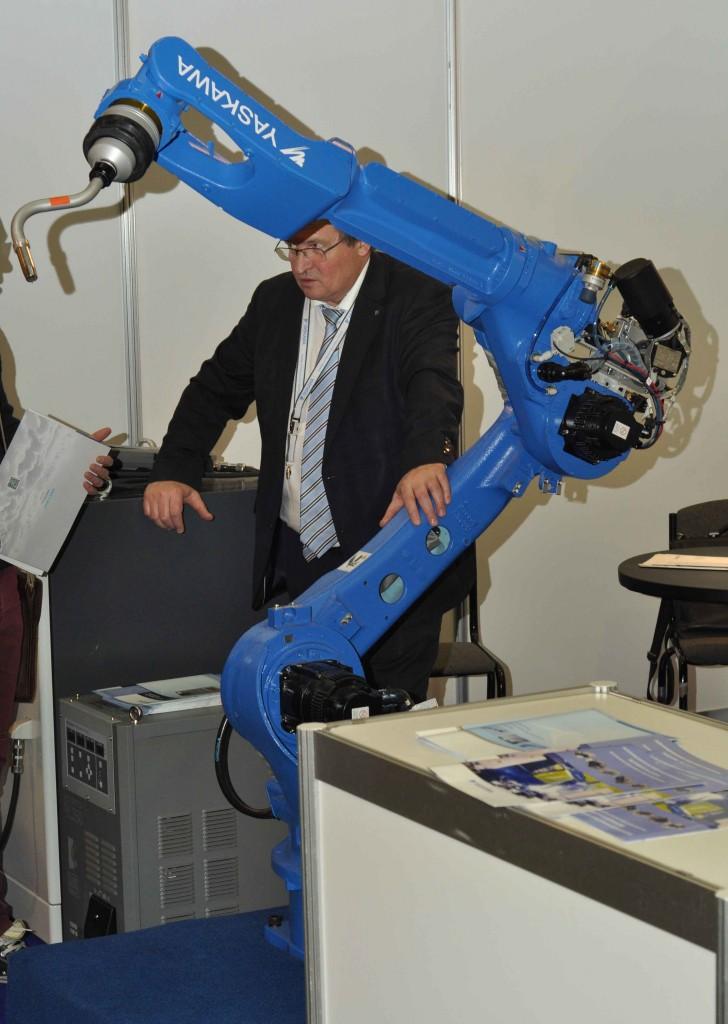 Завершает наш обзор промышленная робототехника. Врятли кто поспорит с тем, что это самые впечатляющие и зрелищные машины. При всей своей массивности они с необыкновенной легкостью выполняют самую тяжелую работу. Этот например является роботом-сварщиком.
