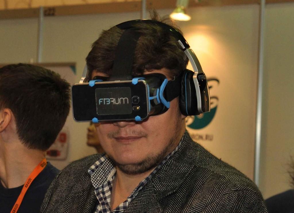 """Поистине сказочный тренд последнего времени - приспособление для использования собственного смартфона в качестве элемента виртуального шлема. Учитывая, что разрешение современных умных телефонов вплотную приближается к 4К, картинка получается невероятно четкой и реалистичной. Совершенно объективно такой гаджет дарит куда более яркие впечатления, чем первое поколение OCCULUS, у которого было очень низкое разрешение, """"давящее"""" на глаза. Настоятельно рекомендую попробовать, впечатления очень сильные."""