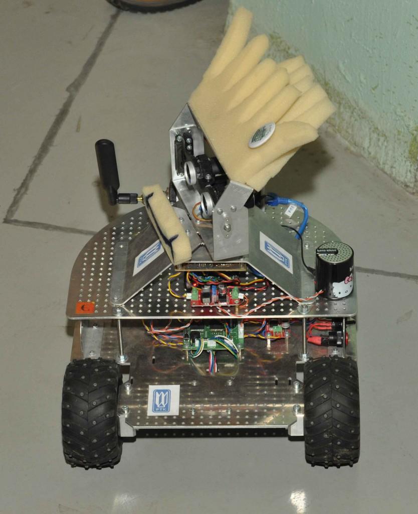 ... однако показывает он не искусственную трехмерную картинку а видео с видеокамер вот этого робота-симпатяги. Управляется же он с помощью обычного пульта дистанционного управления.