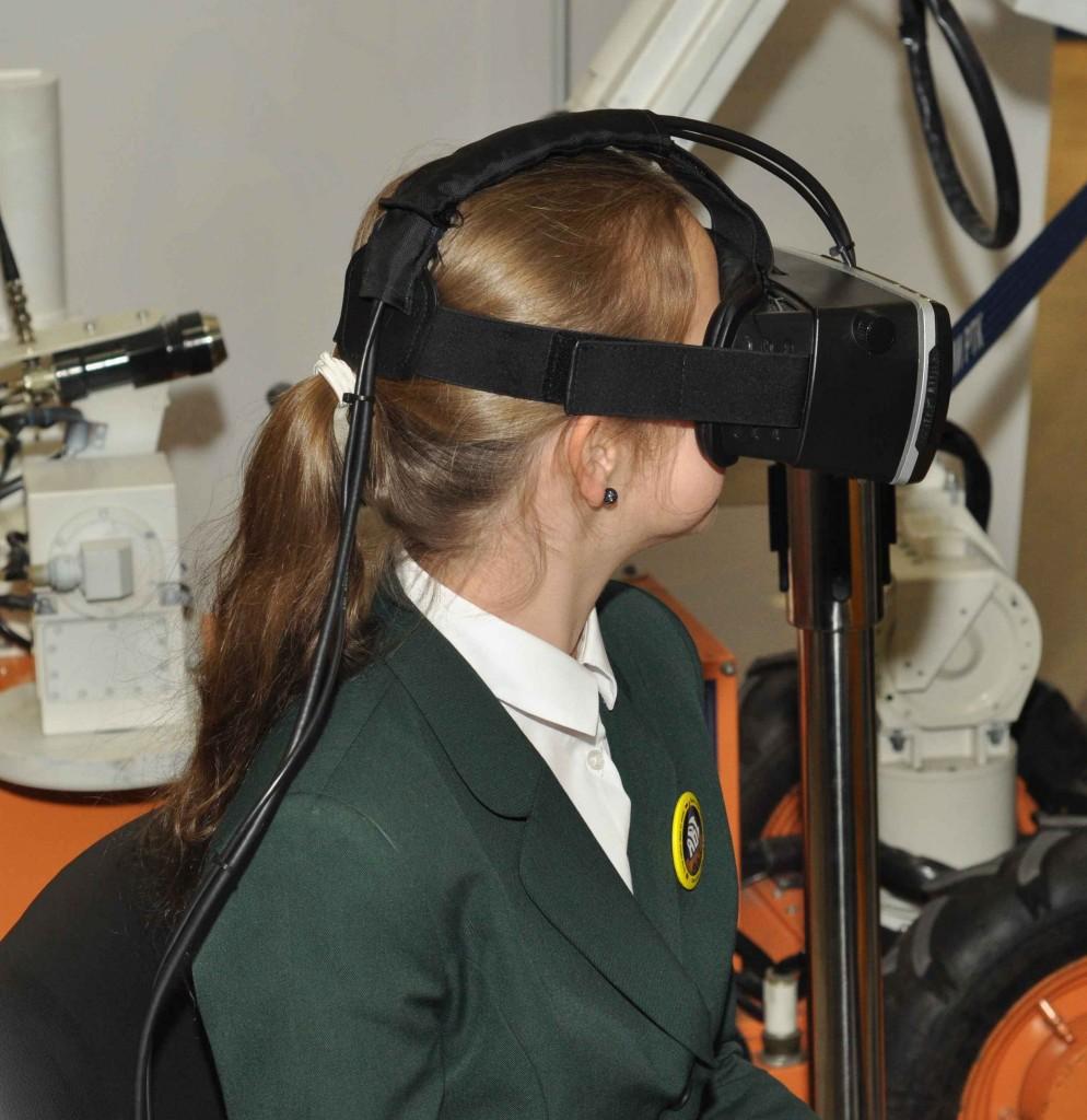 Этим технологиям даже название сходу дать сложно. Вроде классический виртуальный шлем...